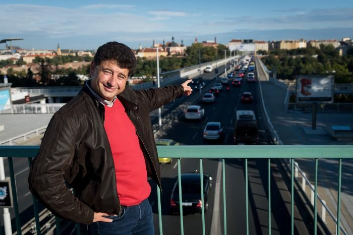 Juraj Atlas, CEO of Mileus, pointing at a road with heavy traffic